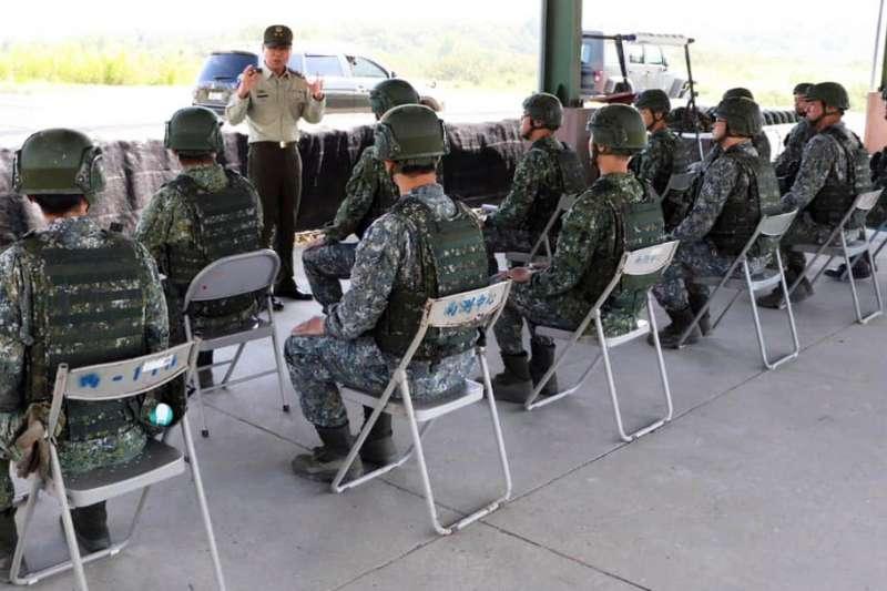 20200415-憲兵指揮官黃金財中將視導受訓官兵。(取自憲兵指揮部臉書)