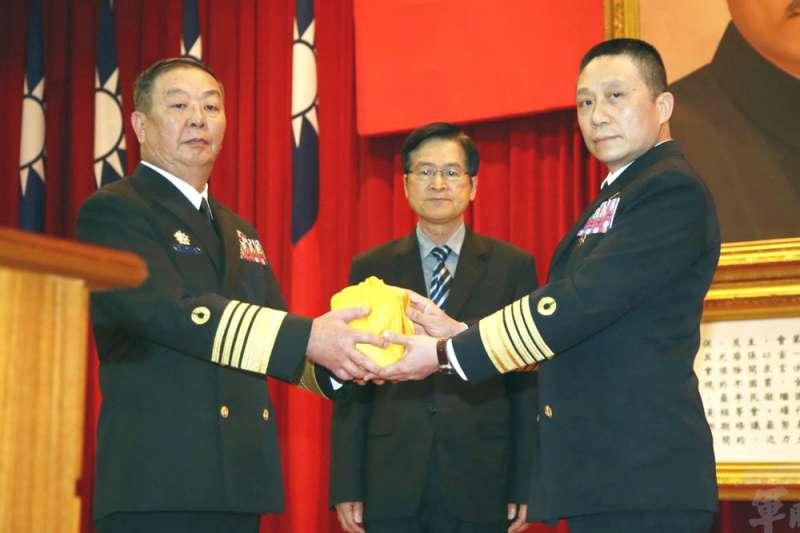 海軍司令黃曙光(左)轉任參謀總長後,由劉志斌(右)上將接任。(軍聞社提供)