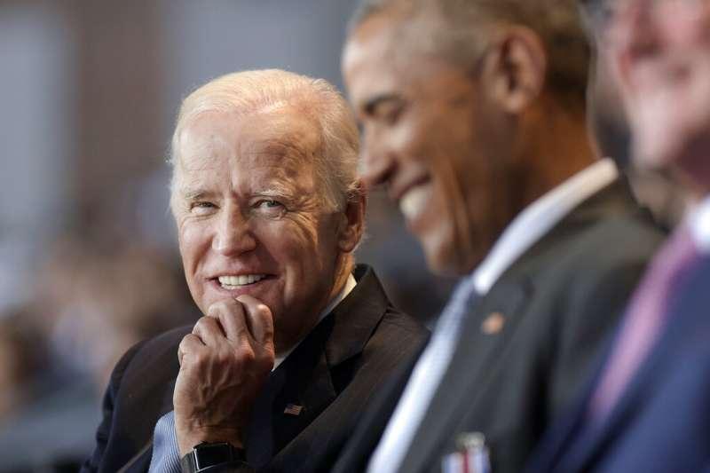 美國前副總統拜登與前總統歐巴馬。(AP)