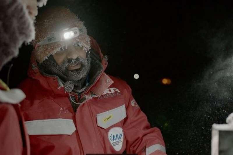 毗濕奴·南丹(Vishnu Nandan)和其他在北極的科學家在冬季只能依靠人造光工作和生活(BBC中文網/LARS BARTHEL)