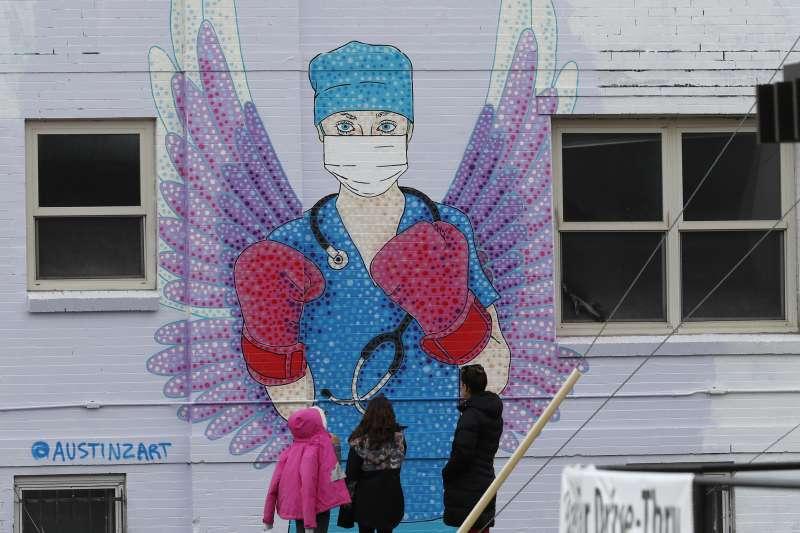 新冠肺炎風暴席捲全球,前線醫護人員首當其衝(AP)