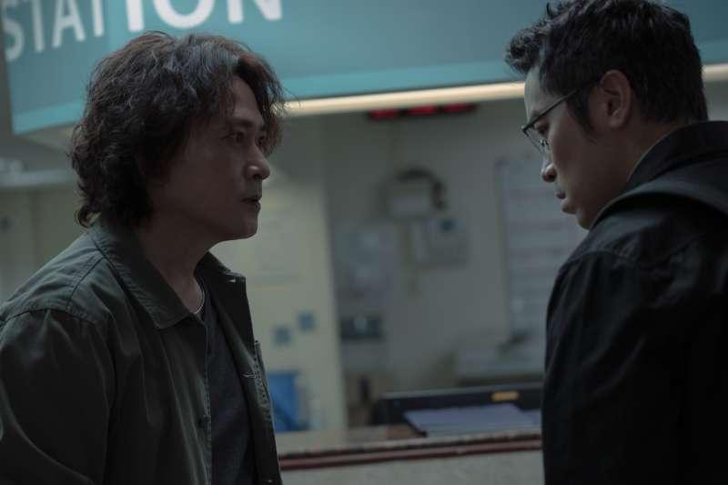 《誰是被害者》劇照,王識賢(左)飾演的刑警隊長,與張孝全(右)飾演的鑑識官,常在辦案時有摩擦。(Netflix提供)