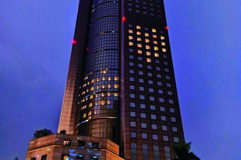 飯店業者利用空房間點燈,排成愛心形狀,幫大家加油打氣。(翻攝自Shangri-La Taipei臉書)