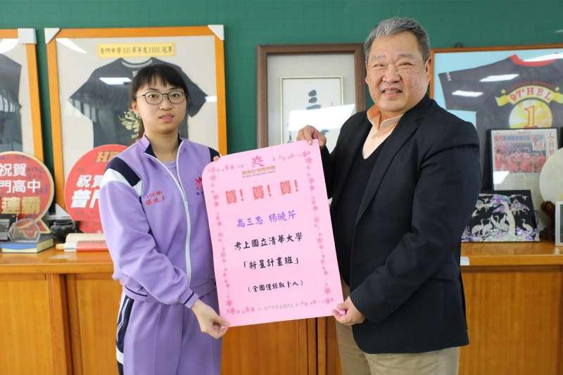 就讀普門中學的楊曉芹(左)利用繁星計畫上清大後又錄取「將星計畫」,希望能像擔任陸航部隊長的父親一樣為國效力。(取自青年日報社)