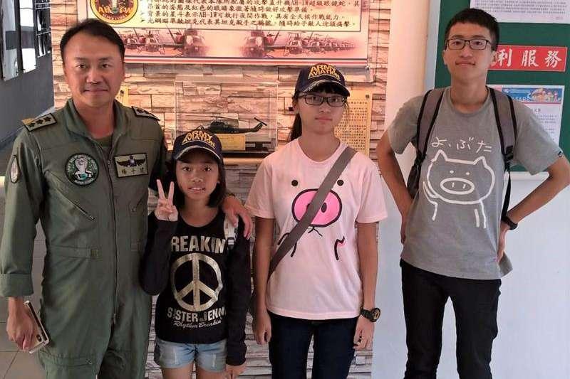 20200417-就讀普門中學的楊曉芹(右二)利用繁星計畫上清大後又錄取「將星計畫」,希望能像擔任陸航部隊長的父親一樣報效國家。(取自青年日報社)