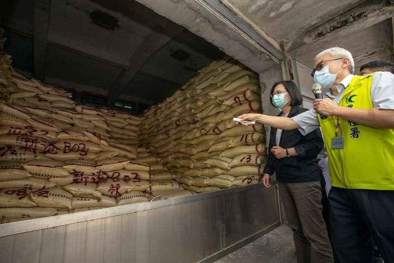 總統蔡英文(左)17日上午前往嘉義新港鄉農會視察「公糧整備情形」。(取自總統府網站)