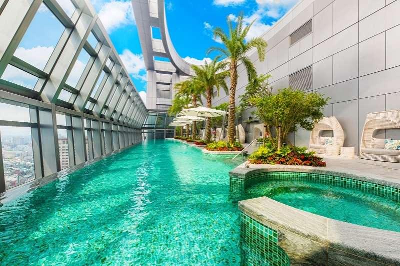 板橋凱撒大飯店32樓無邊際泳池。(圖/凱撒飯店連鎖提供)