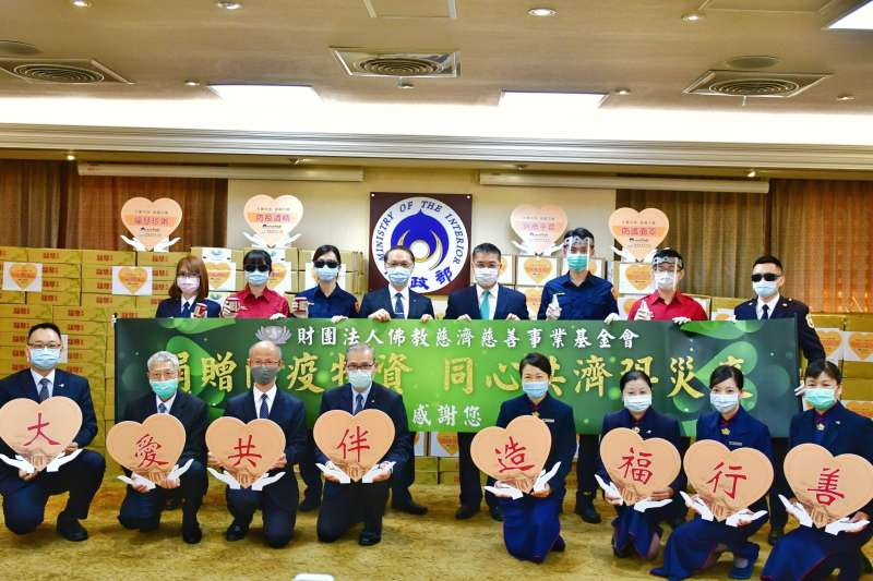 慈濟慈善事業基金會贈第一線防疫人員防護面罩5,000個、全新額溫槍等。(圖/內政部提供)