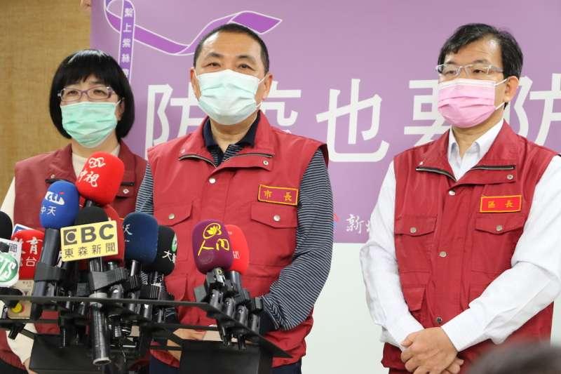(左起)社會局長張錦麗、市長侯友宜及板橋區長林耀長共同呼籲防疫也要防暴。(圖/新北市社會局提供)