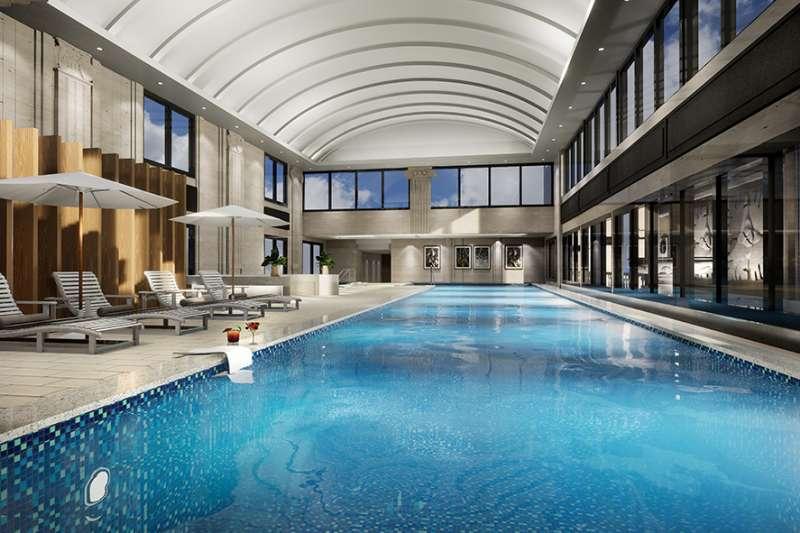 建案設有24項奢華公設,包括泳廳、健身房、百老匯視聽館、水療池等。(圖/富比士地產王提供)