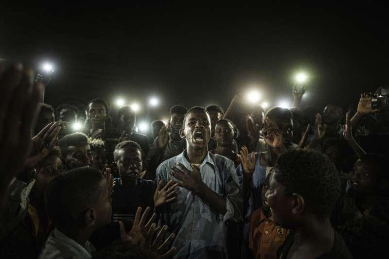 2020世界新聞攝影大賽,法新社記者Yasuyoshi Chiba所攝的蘇丹人民起義照〈直白之聲〉獲選「年度照片」。(AP)