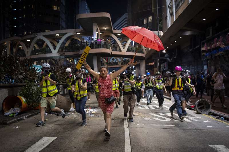 香港返送中震撼全球,中聯辦最近宣稱對香港有監督權。圖為2020世界新聞攝影大賽,法新社記者Nicolas Asfouri所攝的香港反送中運動獲得「綜合新聞類-系列」一等獎。(AP)