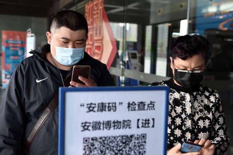 安徽市民在進入安徽博物院前用手機掃描安徽健康碼。(新華社)