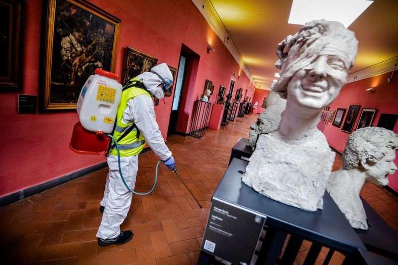 義大利那不勒斯「安茹城堡」(新堡)的博物館內,一名工作人員正在消毒清潔(美聯社)