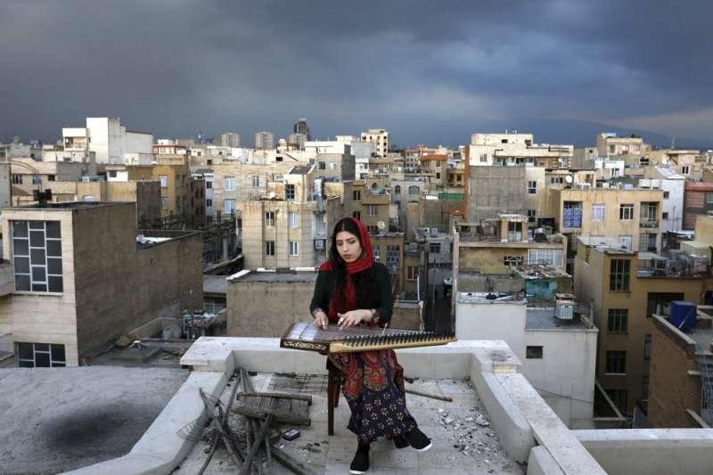 伊朗國家樂團的成員、28歲的胡賽尼在德黑蘭住處屋頂演奏卡農琴(Qanun)(美聯社)