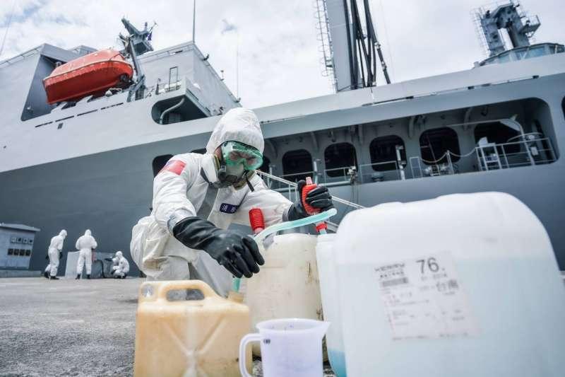 20200419-海軍磐石艦成為台灣近期新冠肺炎疫情大破口,圖為化學兵針對磐石艦進行消毒。(國防部提供)