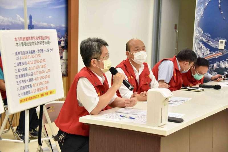 資深媒體人鄭弘儀在節目中大酸高雄市長韓國瑜(左二)在六都防疫滿意度中排名墊底。(資料照,高雄市政府提供)