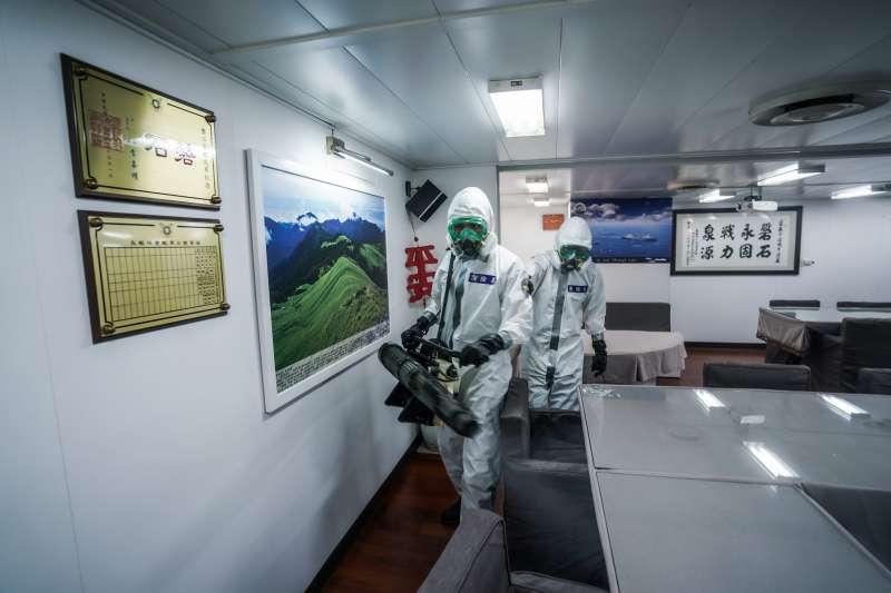 海軍敦睦艦隊爆發群聚感染,前疾管局副局長施文儀呼籲全艦744人要做抗體檢測。圖為由陸軍39化兵群官兵支援實施消毒磐石艦。(資料照,取自海軍司令部臉書)