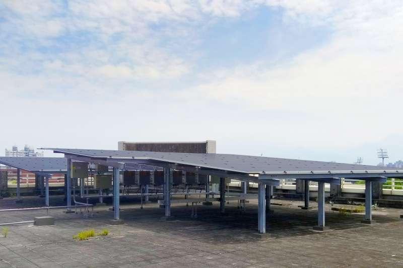 國泰世華銀行2013年創立全台首家太陽能分行,至今已有4家太陽能分行正式啟用,年發電量逾12萬度,展開強力的氣候行動(圖為屏東分行頂樓太陽能面板)。