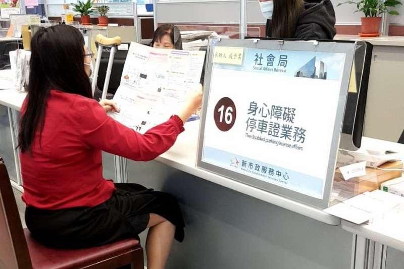 避免新冠肺炎疫情衝擊弱勢民眾生活,中市社會局加碼補助生活津貼,4月到6月額外加發1,500元。(圖/台中市政府提供)