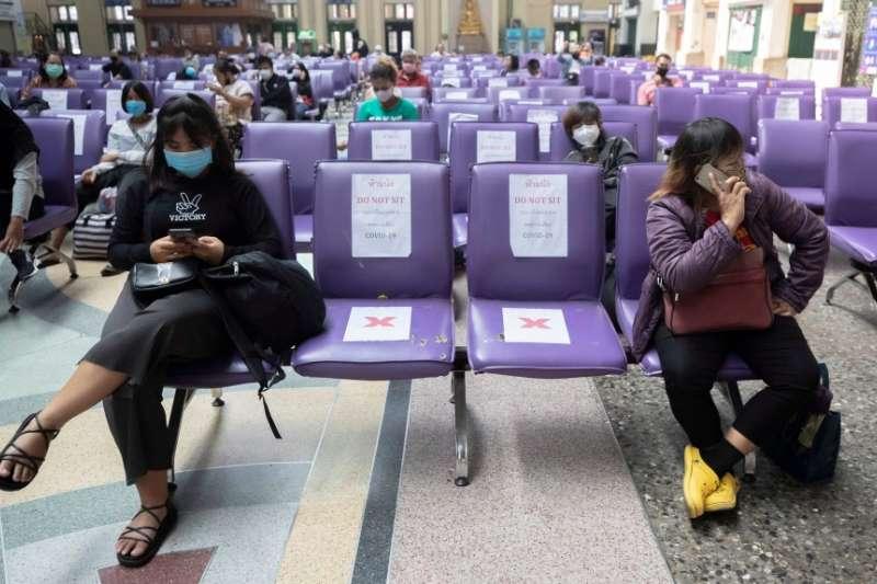 泰國曼谷華藍蓬車站內,人們維持社交距離(美聯社)