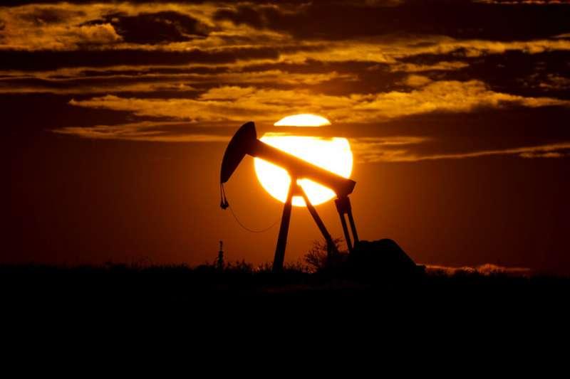 由於全球2019冠狀病毒疾病(COVID-19,武漢肺炎)疫情又起,可能削弱對原油的需求,國際油價今(8)天大跌。(美聯社)