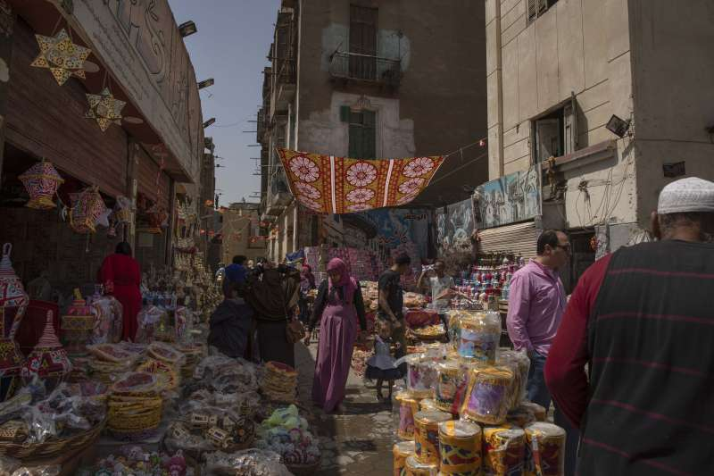 埃及開羅附近地區,人們正在為齋戒月採買(美聯社)