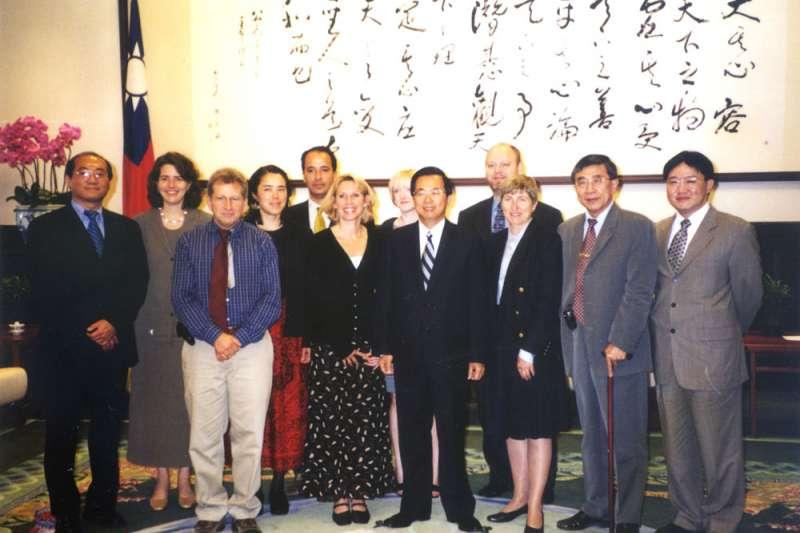 美國防疫醫師馬隆妮(左六),對陳水扁總統的一句話,影響台灣引入防疫醫師制度。(郭旭崧提供)