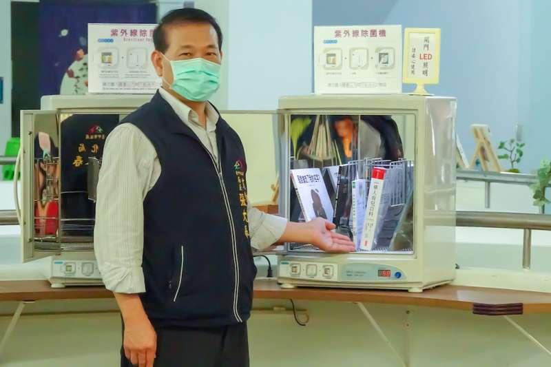 台中市文化局長張大春說,中市圖每一館均配置紫外線圖書殺菌機,讓民眾可以安心借閱書籍。(圖/台中市政府提供)