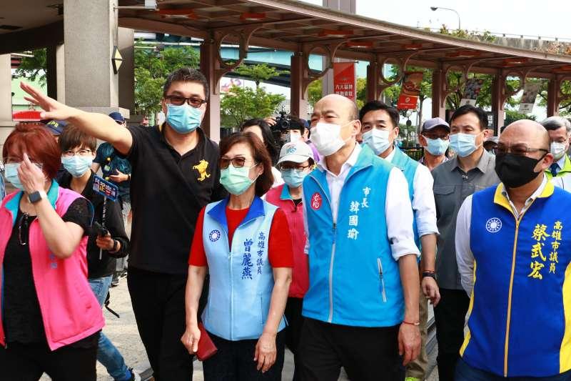 高雄市長韓國瑜(右二)22日視察草衙道及小港戶政事務所消毒的消毒作業。(高雄市政府提供)