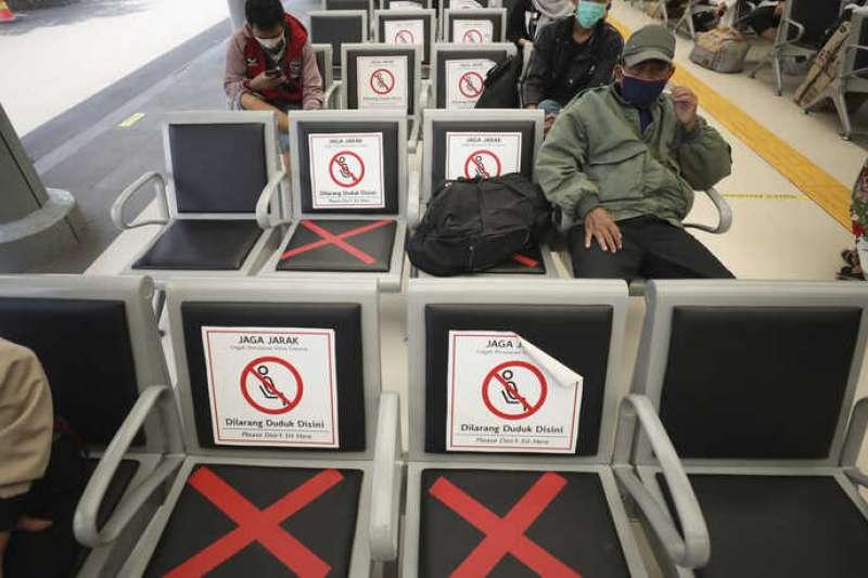 印尼的武漢肺炎疫情延燒,首都雅加達一個火車站的候車區,人們維持一定的社交距離(美聯社)