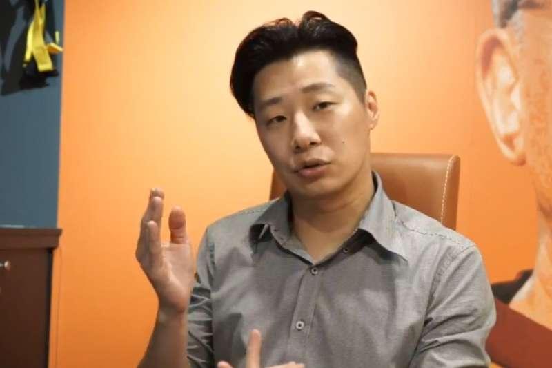 無黨籍立委、「閃靈」樂團主唱林昶佐(見圖)剪下留了20多年的招牌長髮,捐出來幫助癌症病友。(取自林昶佐臉書直播)