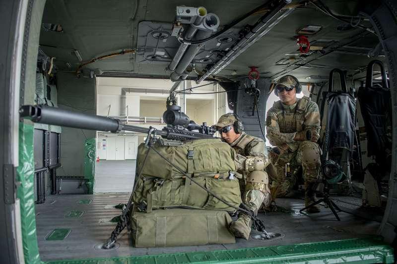 20200422-這組向統帥介紹的空中狙擊人員,右邊觀測手身上的臂章,透露其來自陸軍高空特種勤務中隊也就是外界俗稱的涼山特勤隊,凸顯執行相關任務者均為我國軍精銳。(取自總統府Flickr)