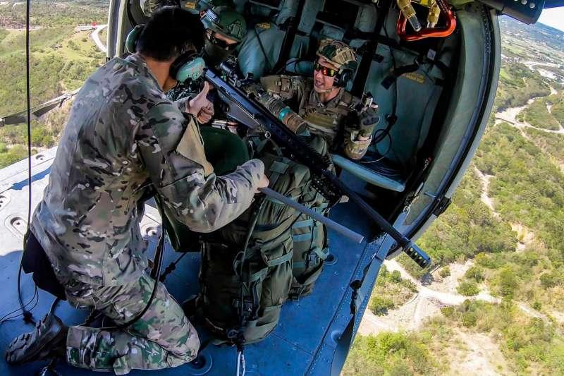 狙擊手行蹤隱密、任務低調,軍方鮮少有較詳實介紹,空中狙擊更是如此。陸軍航特部日前執行空用武器射擊演練,陸軍特指部狙擊連狙擊手搭乘黑鷹直升機實施空中狙擊,訓練內容罕見曝光。(取自青年日報)