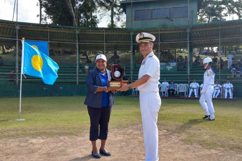 20200422-敦睦艦隊支隊長陳道輝少將(右)在帛琉進行活動、拜會行程。(資料照,取自駐帛琉大使館臉書)