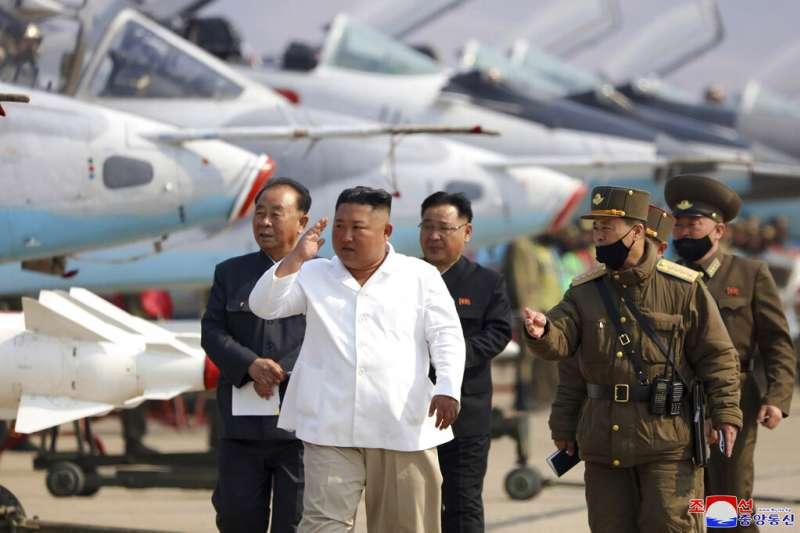 北韓領導人金正恩視察空軍部隊。(美聯社)