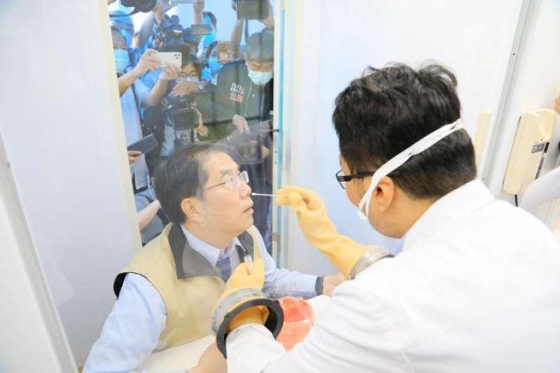 台南市長黃偉哲(圖左)今日出席台南貨櫃採檢屋啟用,提及台南封城爭議。(取自台南市政府網站)