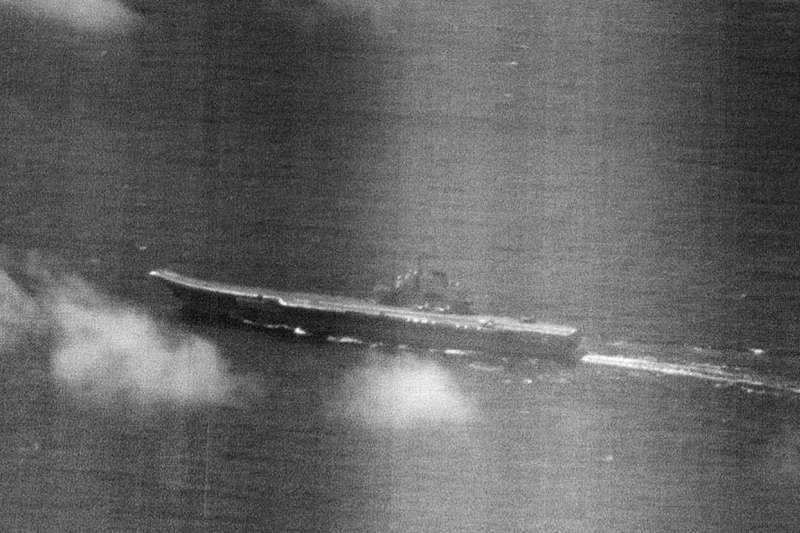中共遼寧號航空母艦(CV-16)近日航經巴士海峽,國軍派出8艘海軍艦船警戒,並於23日首度公布自行拍攝的遼寧號航艦空照圖。(國防部提供)