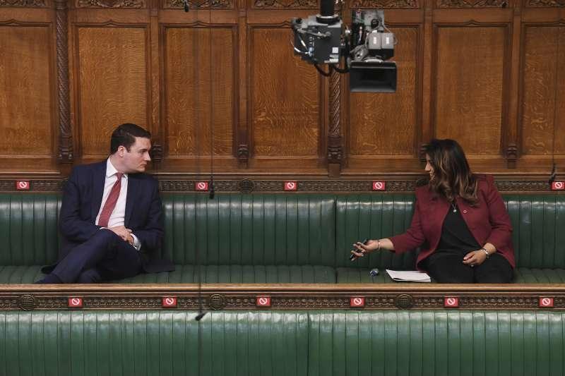 英國首席醫學顧問惠蒂(Chris Whitty)表示,社交距離政策可能需維持到2020年底。(AP)