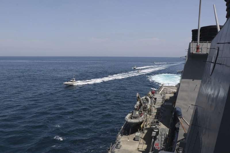 2020年4月15日,伊朗船艦在波斯灣「騷擾」美軍船艦(AP)