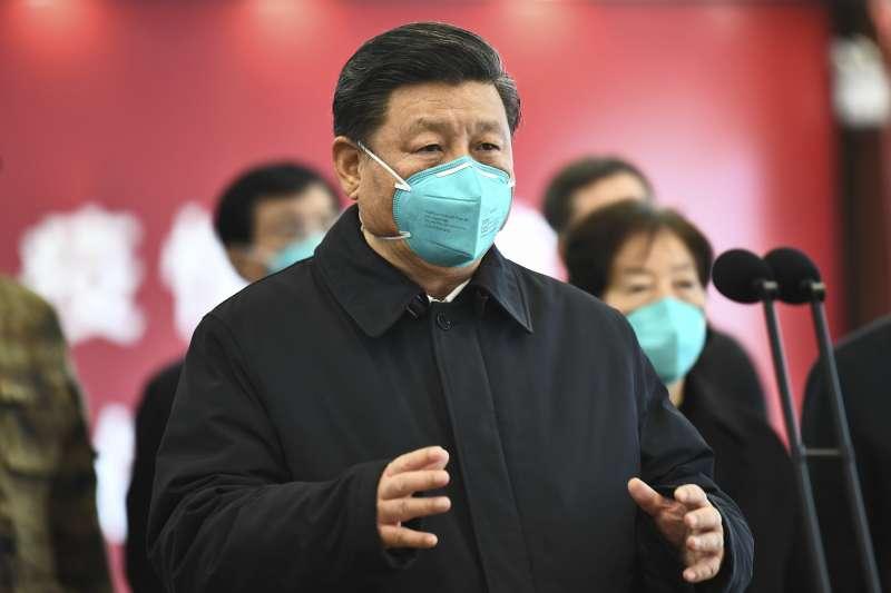 新冠肺炎大流行下,中國強而有力的監控手段被視為高效防疫的模範,卻可能侵蝕全球民主根基。(AP)