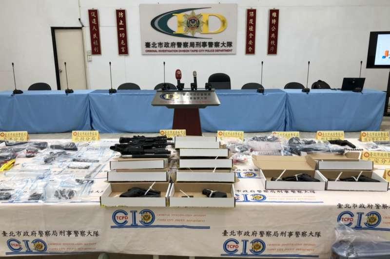 警政署日前展開為期12天的「全國肅槍專案」,台北市警察局指出,期間共查獲10件12人、改造槍械工廠4處,並起獲制式長槍1枝、改造手槍17枝、模擬槍1枝、子彈186顆、改造槍械機具一批。(台北市警察局提供)