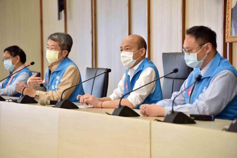 高雄市長韓國瑜(右二)曾說高雄有9人疑似感染新冠肺炎,不料25日在又改口說是5人,讓民眾人心惶惶。(資料照,高雄市政府提供)