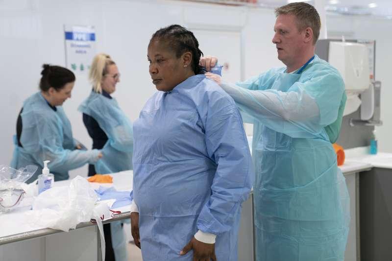 英國女性醫護人員缺乏尺寸適當的個人防護裝備,在武漢肺炎疫情蔓延的時刻,她們冒著生命危險搶救病患(美聯社)