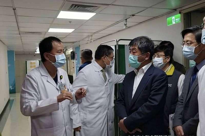 中央流行疫情指揮中心指揮官陳時中(著深藍西裝者)今(25)日表示,因為有和平醫院封院的經驗,才讓台灣此次面臨新冠肺炎時有本錢進行防疫動作。(指揮中心提供)