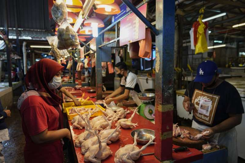 新冠肺炎疫情影響下的齋戒月,馬來西亞當地市集的人們紛紛戴上口罩。(AP)
