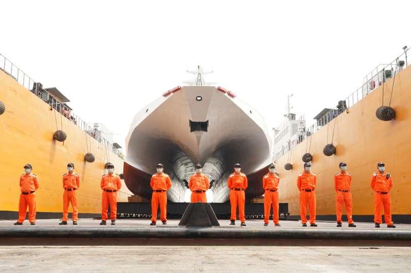 海巡署艦隊分署首艘600噸級巡防艦「安平艦」今(27)日在高雄舉行下水儀式。圖為海巡人員與首艘600噸級「安平艦」合影。(海巡署提供)