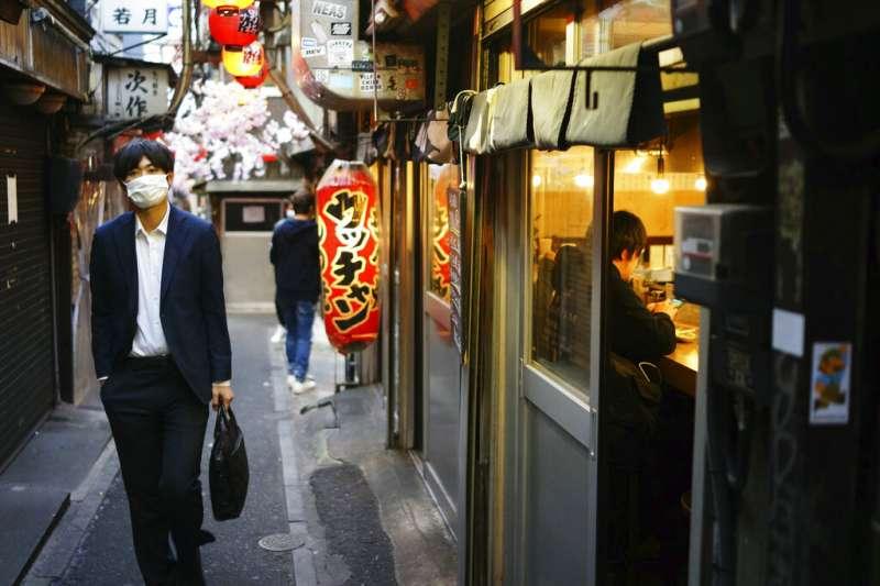 東京新宿巷弄裡的小店。(美聯社)