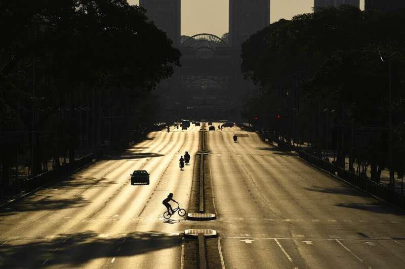 委內瑞拉首都卡拉卡斯街頭因為新冠肺炎疫情空空蕩蕩。(美聯社)