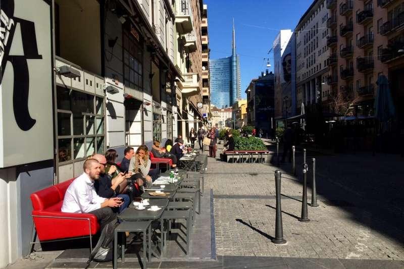 義大利米蘭2月28日的資料照,當時義大利尚未宣布封城,民眾還能在路邊享受啜飲咖啡的悠閒時光。(美聯社)